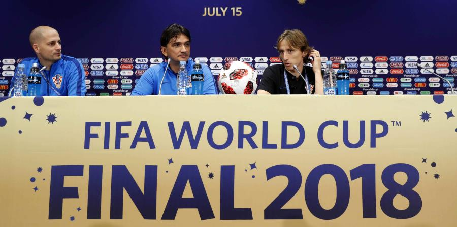 El jugador de Croacia Luka Modric (R) y el entrenador en jefe Zlatko Dalic (C) asisten a una conferencia de prensa en Moscú. (EFE) (horizontal-x3)