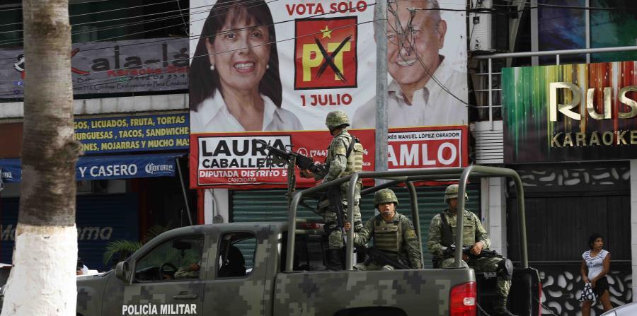Soldados vigilan las calles en Acapulco. (AP) (horizontal-x3)