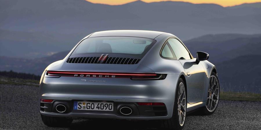 El motor bóxer turbo de seis cilindros de los 911 Carrera S y 911 Carrera 4S ahora tiene 450 caballos de potencia.