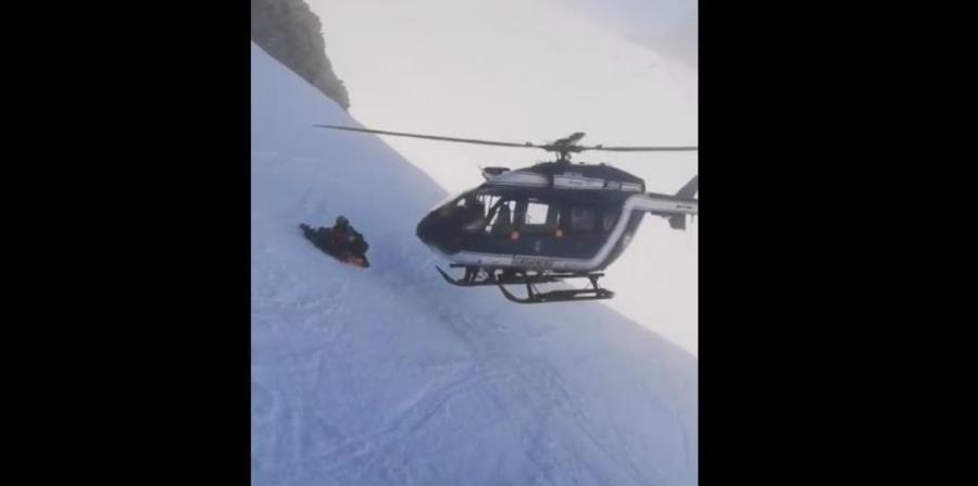 El increíble rescate en helicóptero de un esquiador herido en los Alpes (horizontal-x3)