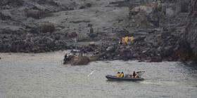 Buzos intentan encontrar a las últimas dos víctimas de erupción volcánica