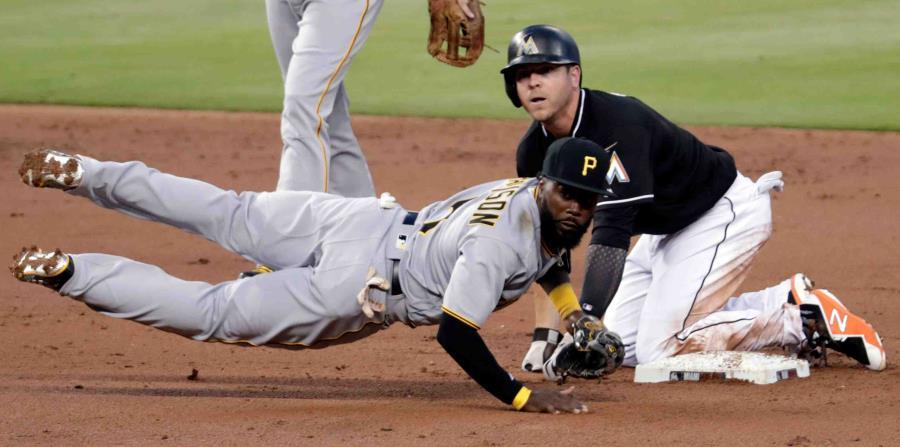 JB Shuck (derecha) de los Marlins de Miami es sacado out mientras el segunda base Josh Harrison de los Piratas de Pittsburgh tira a primera base. (horizontal-x3)