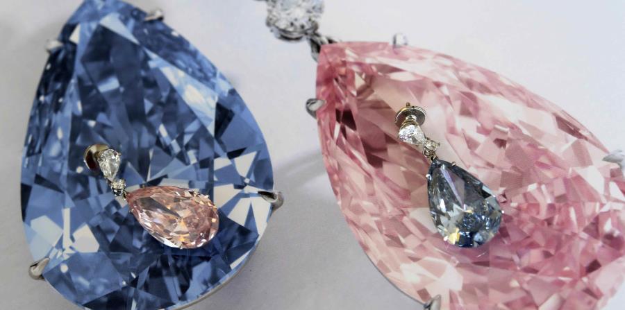 Las piedras preciosas fueron adquiridas por un comprador anónimo, que les cambió de nombre y llamó al diamante azul