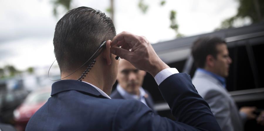 El gobernador Ricardo Rosselló es protegido por dos miembros de su escolta. (GFR Media) (horizontal-x3)