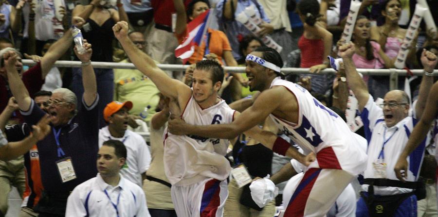 José Juan Barea levanta el puño y comienza a celebrar tras su triplete de oro en Cartagena 2006. (GFR Media) (horizontal-x3)