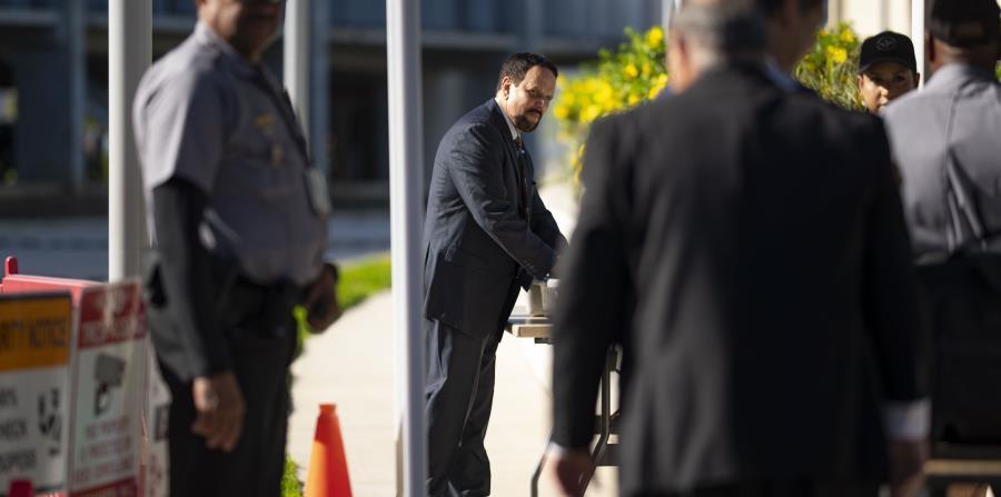 Claudio a su entrada al Tribunal federal.