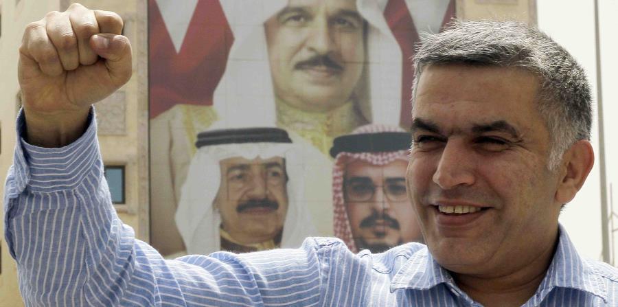 el activista de derechos humanos Nabeel Rajab gesticula a la salida de una comisaría en Manama, Bahrein. (horizontal-x3)