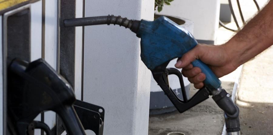 Un hombre despacha gasolina a su auto. El precio de este combustible ha registrado un aumento gradual en las últimas semanas y se espera que siga en incremento ante la llegada del verano. (GFR Media) (horizontal-x3)