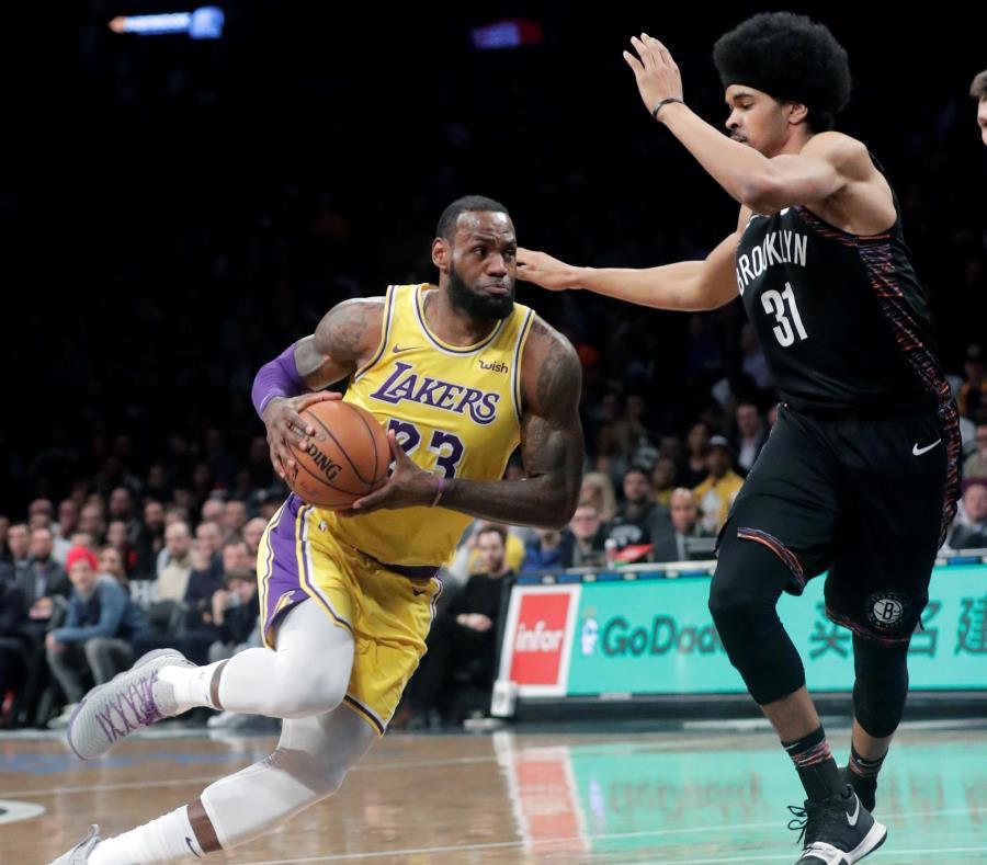 LeBron James y Kevin Durant vuelven a enfrentarse mañana, con la novedad de que será el primer pareo entre ambos con James en el uniforme de los Lakers. (AP) (semisquare-x3)