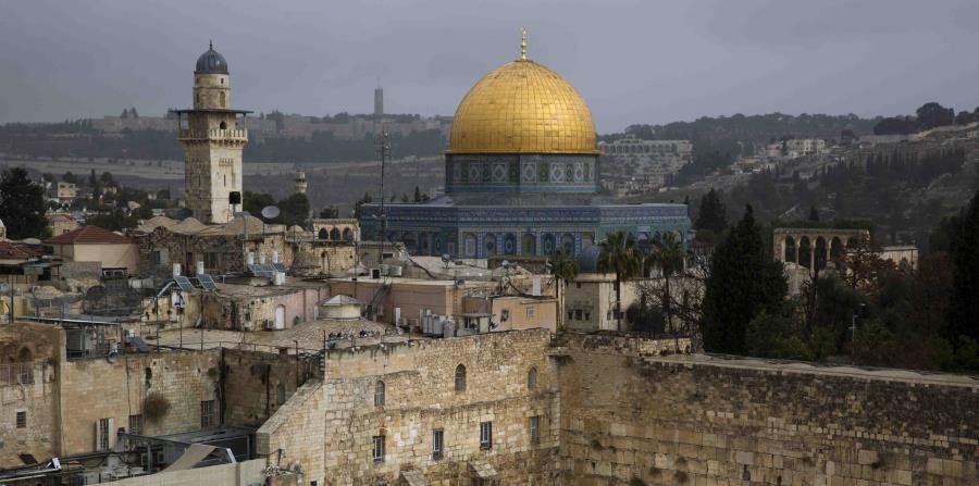 Una vista del Muro Occidental y la Cúpula de la Roca, dos de los lugares más sagrados para judíos y musulmanes, en el Barrio Viejo de Jerusalén (horizontal-x3)