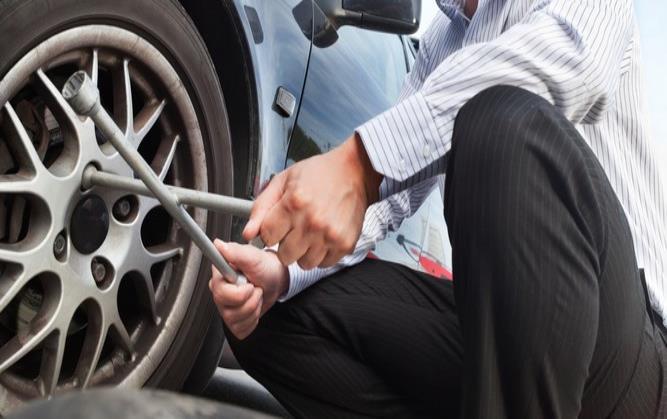 Termina de apretar las tuercas en el suelo. (Shutterstock)
