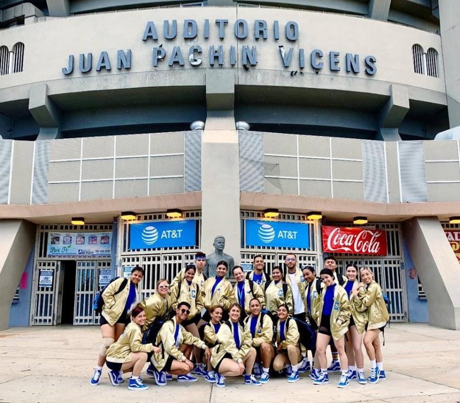 El equipo de baile de la Pucpr frente al auditorio Juan