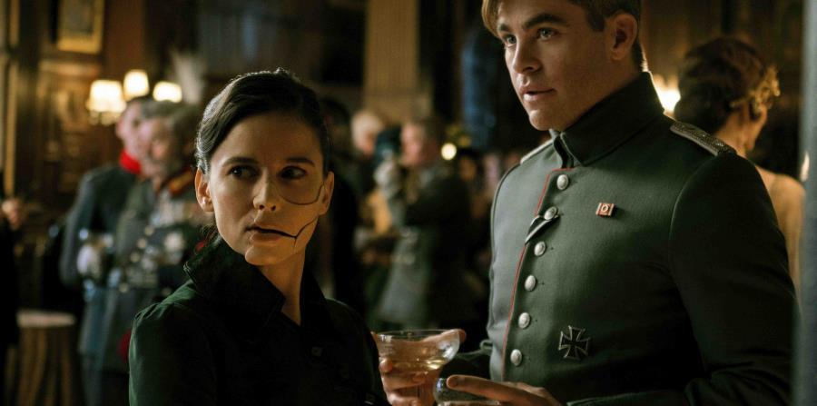 Elena Anaya, izquierda, y Chris Pine en una escena de