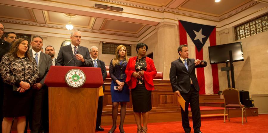 El presidente del Senado,  Thomas Rivera Schatz, y sus correligionarios durante el caucus en que se discutió la propuesta del senador Miguel Romero. (horizontal-x3)