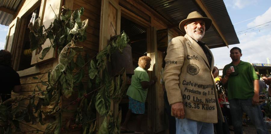 Un hombre vestido con un saco de café en el festival (horizontal-x3)