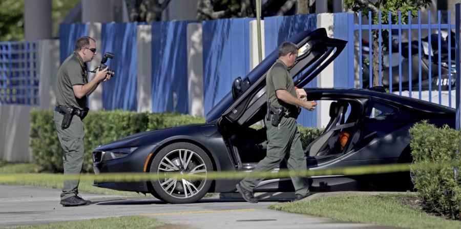 Los investigadores en la escena del crimen. (AP)