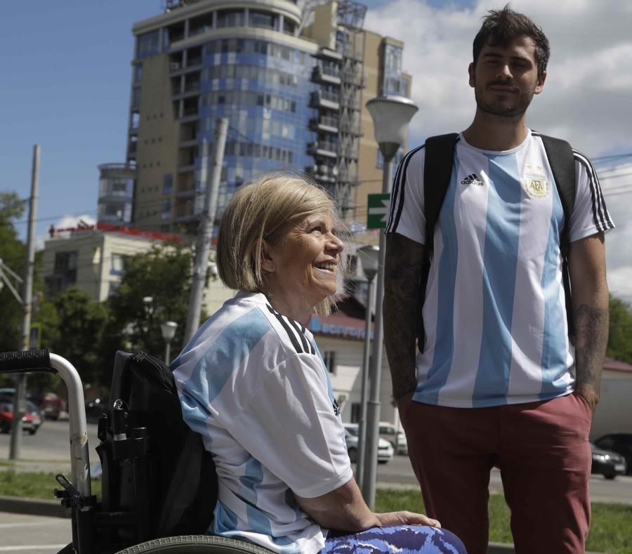 Los hinchas argentinos Nora Espector (izquierda) y su hijo Emil Davisson, (AP) (semisquare-x3)