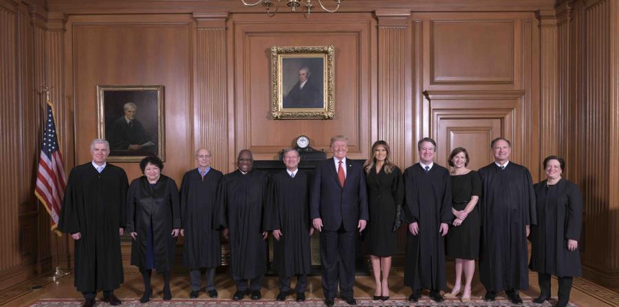 Trump junto al resto de los jueces del Tribunal Supremo.