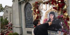 Fans honran a Michael Jackson en el décimo aniversario de su muerte