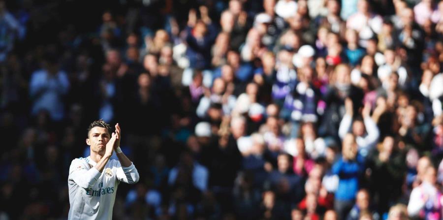El delantero portugués Cristiano Ronaldo, del Real Madrid, aplaude a los hinchas al salir del encuentro de la liga española ante el Atlético de Madrid. (AP / Francisco Seco) (horizontal-x3)