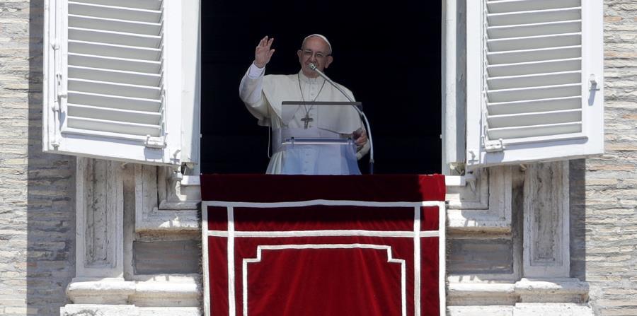 El papa Francisco en su balcón sobre la Plaza de San Pedro en el Vaticano. (horizontal-x3)