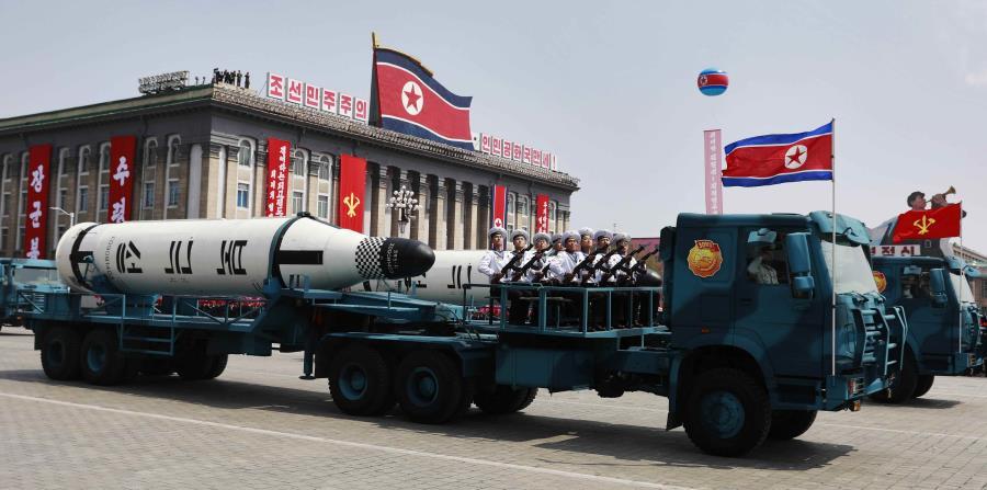 Un vehículo militar con dos misiles a bordo participa en un desfile por la festividad del Día del Sol en la plaza Kim Il Sung, en Pionyang (horizontal-x3)