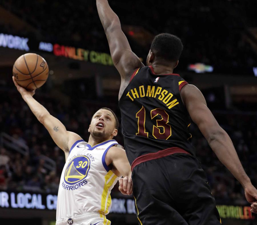 Curry y Thompson guían victoria de Warriors