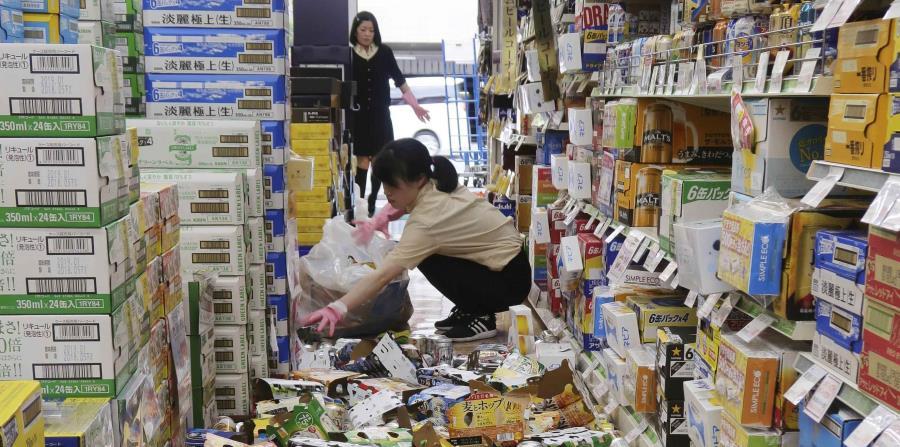 Latas y otros artículos sobre el pido de un supermercado luego de un terremoto en Hirakata, Osaka, (horizontal-x3)