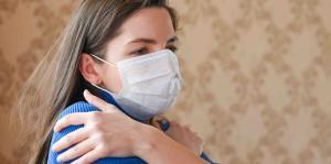 El abrazo prohibido en los tiempos de coronavirus y su impacto en la mente