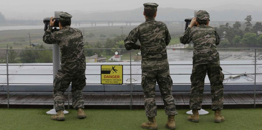 Marines surcoreanos miran hacia Corea del Norte con prismáticos desde el Imjingak Pavilion, en Paju, cerca de la localidad fronteriza de Panmunjom, en Corea del Sur, (horizontal-x3)