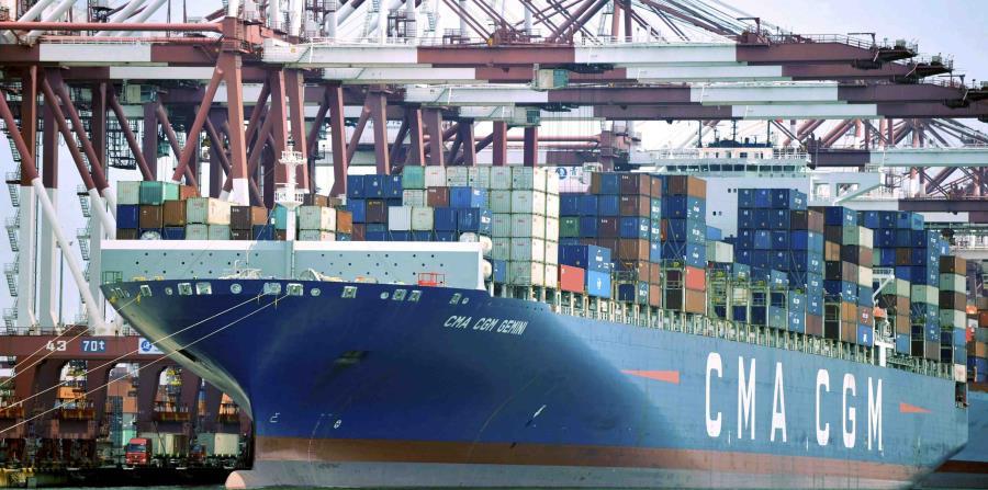 un barco con contenedores de mercancía, atracado en un puerto en Qingdao, en la provincia de Shandong, en el este de China. (Chinatopix vía AP) (horizontal-x3)
