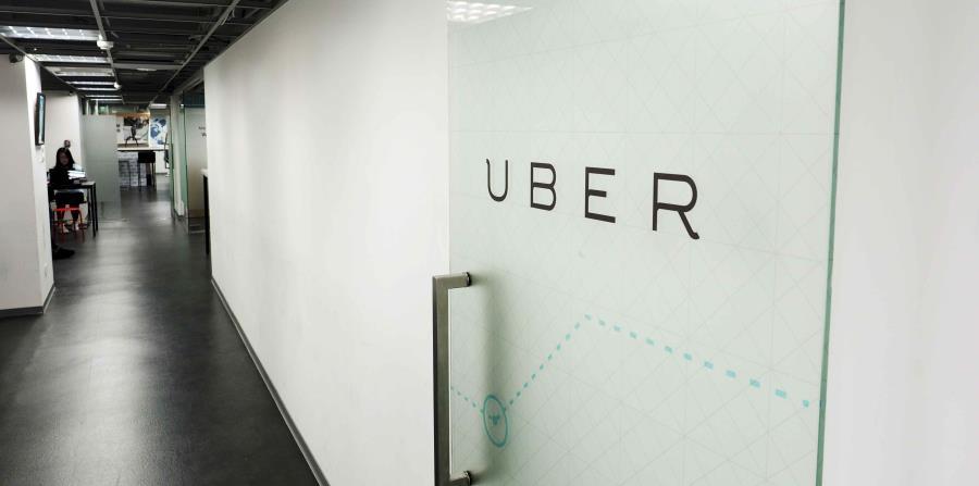 Logo de Uber en una puerta acristalada de la sede de la compañía en Taipei (Taiwán) (horizontal-x3)