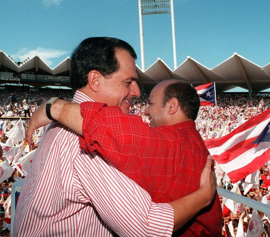 Rafael Hernández Colón abraza a Héctor Luis Acevedo durante el cierre de campaña en 1996. (GFR Media) (semisquare-x3)
