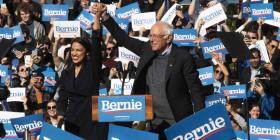 Alexandria Ocasio Cortez presenta a Bernie Sanders en su regreso a Nueva York
