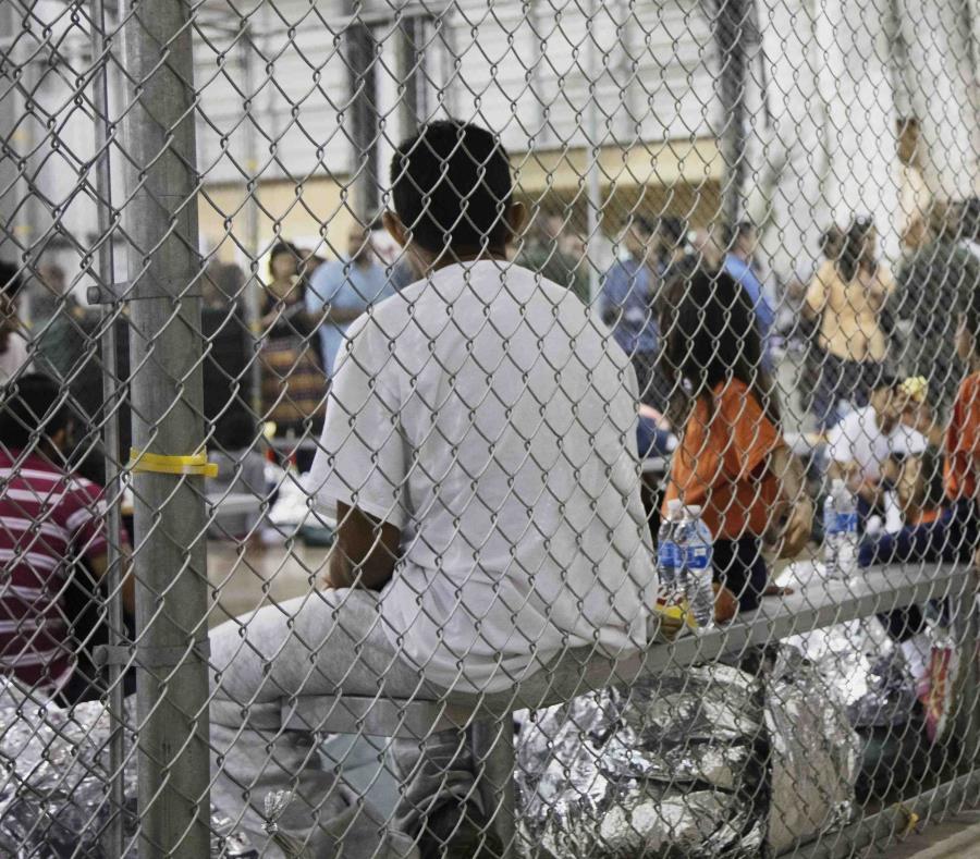 Varias personas están en un centro de detención de McAllen, Texas. (semisquare-x3)