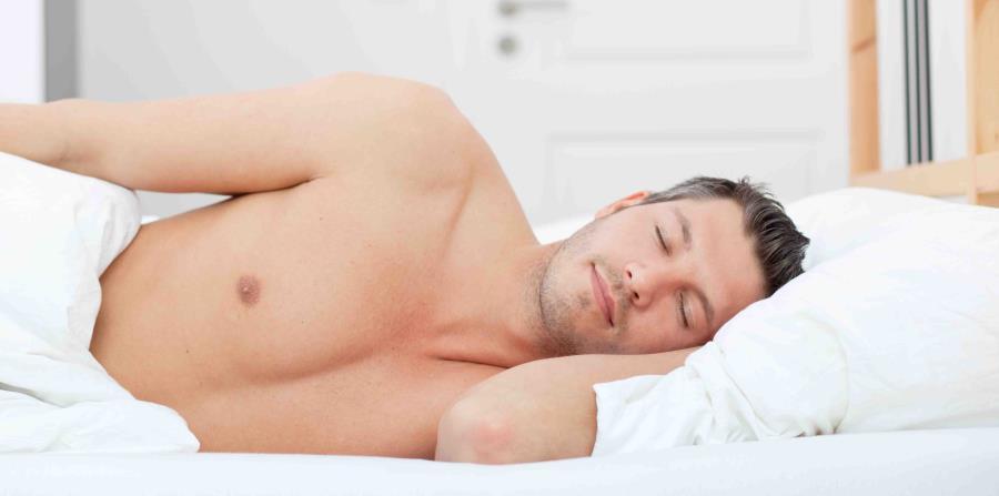 Hombre durmiendo placenteramente. (horizontal-x3)