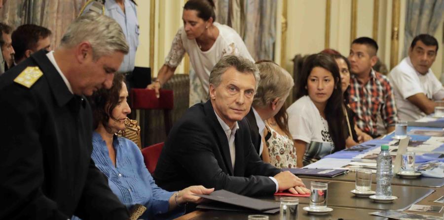 El presidente argentino Mauricio Macri en una reunión con familiares de la tripulación perdida. (AP) (horizontal-x3)