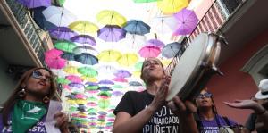 Llevan protesta en contra de la violencia de género hasta la Fortaleza