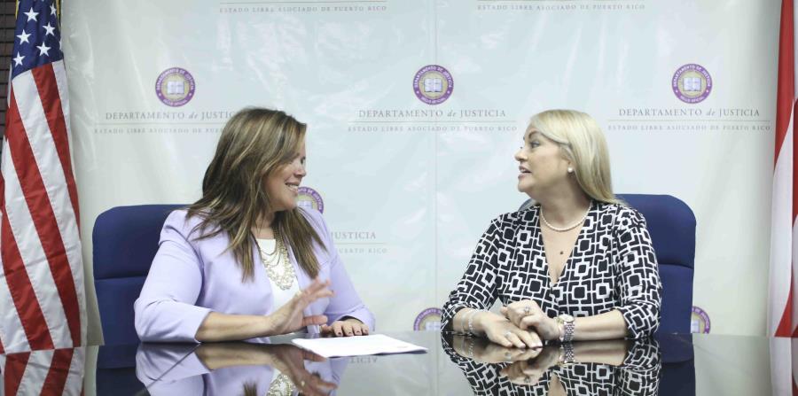 La alcaldesa de Canóvanas, Lornna Soto Villanueva, y la secretaria de Justicia, Wanda Vázquez, dialogaron en torno a cómo agilizar el proceso legal para acabar con los estorbos públicos.(Suministrada)