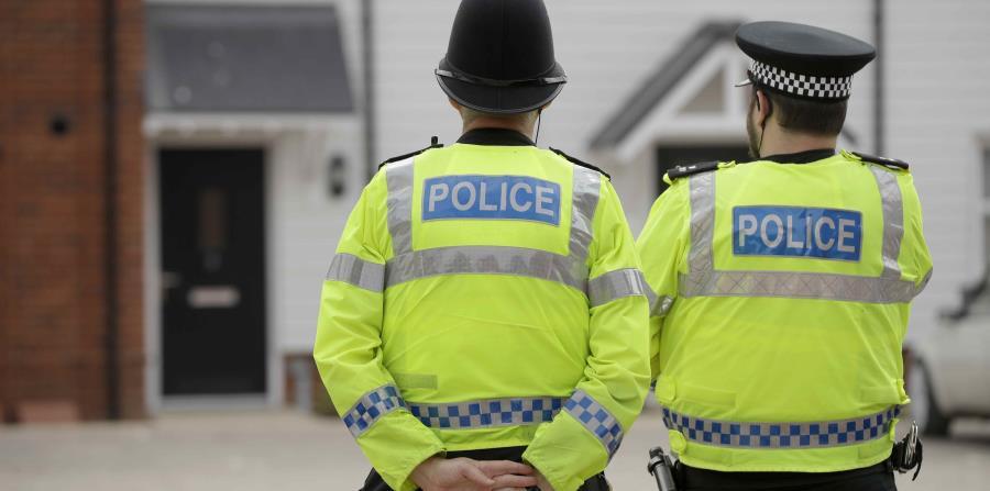 Agentes de policía británicos vigilan una residencia en Amesbury, Inglaterra. (AP) (horizontal-x3)
