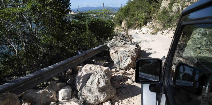 La foto muestra múltiples piedras que cayeron en la carretera PR-333 luego de los terremotos.
