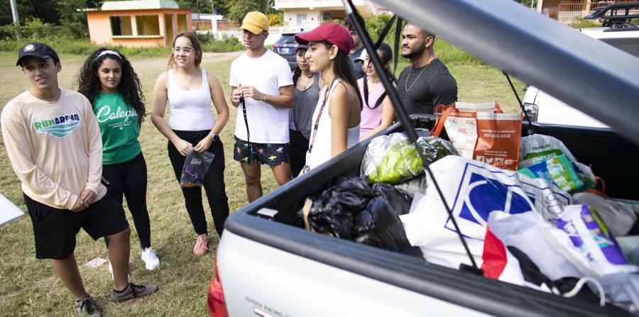 El grupo de estudiantes se dio a la tarea de comprar los artículos y repartirlos en la comunidad.