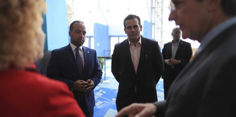El gobernador Rosselló (derecha) y el director ejecutivo de APP, Omar Marrero participaron en el evento. (horizontal-x3)