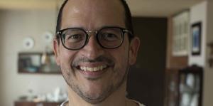 El historiador José Luis Colón González comparte su colección de vajillas