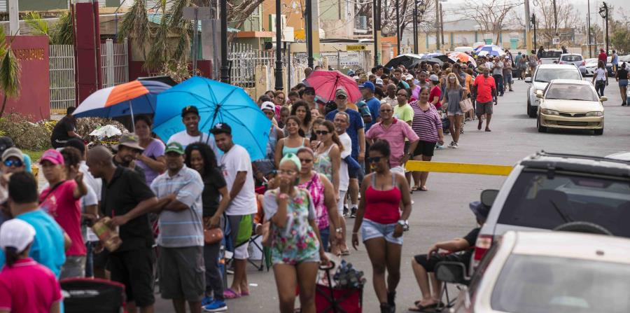 Tras el paso del huracán María, los ciudadanos hacían filas interminables para poder comprar hielo combustible y otros víveres. (GFR Media) (horizontal-x3)