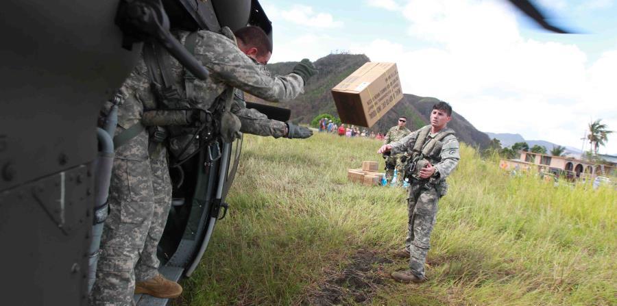 Oficiales de la Guardia Nacional repartiendo suministros tras el paso del huracán María (horizontal-x3)