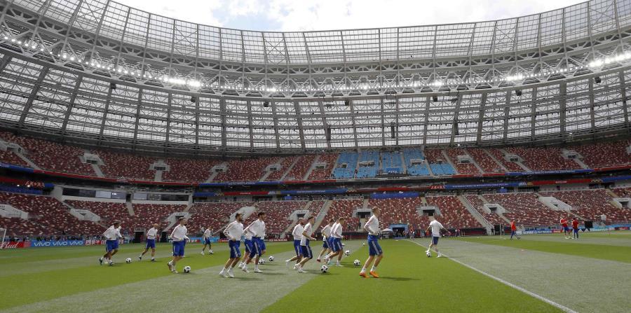 Los jugadores de Rusia entrenan ayer en el estadio Luzhniki de Moscú, sede del partido de apertura de esta mañana. (AP / Antonio Calanni) (horizontal-x3)