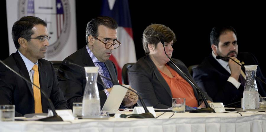 Los miembros de la Junta en una reunión el año pasado. (GFR Media) (horizontal-x3)