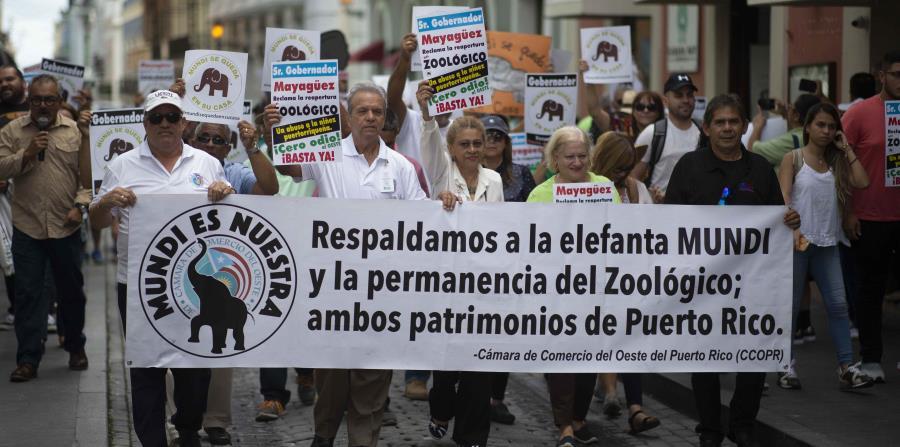 Una manifestación de decenas de personas llegaron esta mañana hasta la Fortaleza para exigir que no se traslade a Mundi y que se reabra el zoológico. (horizontal-x3)