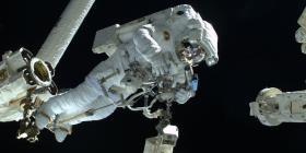 Astronautas inician la reparación de un instrumento que busca la materia oscura